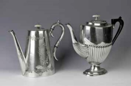 Lotto composto da: - Teiera in silverplate, Sheffield, fine XIX secolo,...