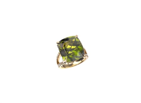 ANELLO IN ORO GIALLO, PERIDOT E DIAMANTI decorato al centro da un peridot...