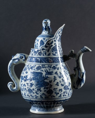 Arte Cinese  A large blue and white porcelain teapot painted with lotus flowers and phoenixes China, 20th century .