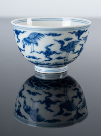 Arte Cinese  A blue and white porcelain cup painted with cranes among clouds and bearing a six character Chenghua mark at the base China, 20th century .