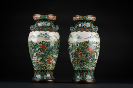 Arte Cinese  A pair of Kutani pottery vases bearing a two character seal mark at the base.Japan, early 20th century .