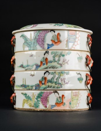 Arte Cinese  A famille rose porcelain four layer food boxChina, 20th century.