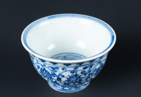 Arte Cinese  A blue and white porcelain cup painted with floral sprays China, Ming dynasty.