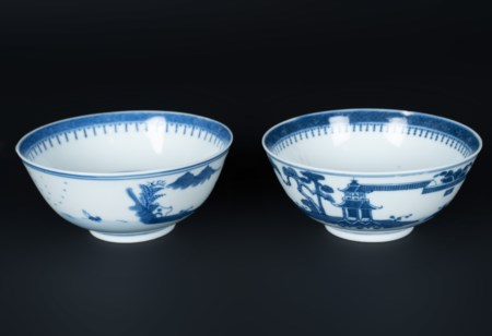 Arte Cinese  A pair of blu and white porcelain cups painted with landscape and bearing four character marks at the base.China, Qing dynasty, 18th century .