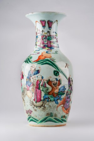 Arte Cinese  A baluster famille rose porcelain vase painted with characters in landscape and auspicious simbols. China, Qing Dinasty, 19th century.