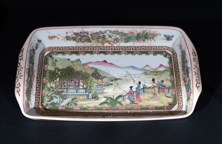 Arte Cinese  A Canton porcelain tray painted with ladies fishing China, Qing dynasty, 19th century .