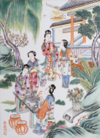 Arte Cinese  A famille rose porcelain plaque painted with ladies at leisure in garden China, Qing dynasty, late 19th-ealry 20th century .