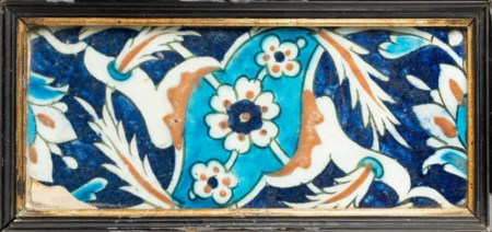 Arte Islamica  An Iznik border tile with saz leaves over blue ground Ottoman Turkey, 17th century .