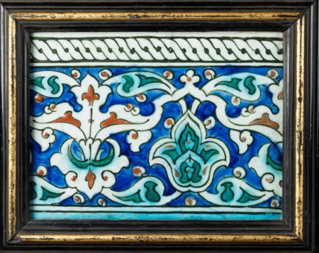 Arte Islamica  An Iznik border tile painted with palmettes over blue ground Ottoman Turkey, 17th century .