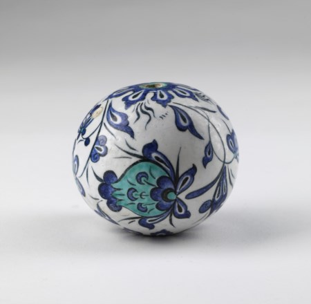 Arte Islamica  An Iznik or later egg shaped pottery hanging ornament Ottoman Turkey, first half 16th century or later .