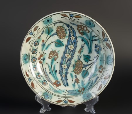 Arte Islamica  An Iznik pottery dish Ottoman Turkey, 17th century .