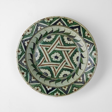 Arte Islamica  A rare Iznik dish painted with a central star Ottoman Turkey, 17th century .