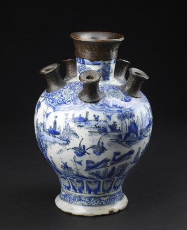 Arte Islamica  A large Safavid blue and white pottery tulip vase bearing a pseudo Chinese reign mark at the base Iran, 17th century .
