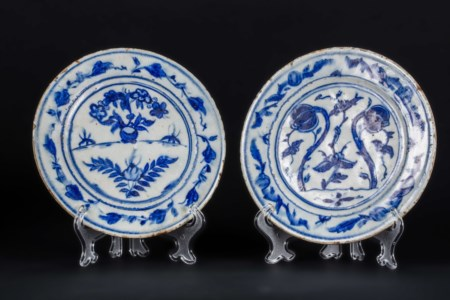 Arte Islamica  A pair of Iznik or early Kutahya dishes painted with opium flowers Ottoman Turkey, 17th century .