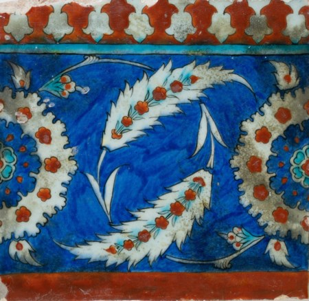 Arte Islamica  Iznik border tile decorated with saz leaves over blue ground Turkey, late 16th century .
