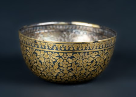 Arte Islamica  A silver embossed bowl inlaid with brass floral motifs India, 19th century .