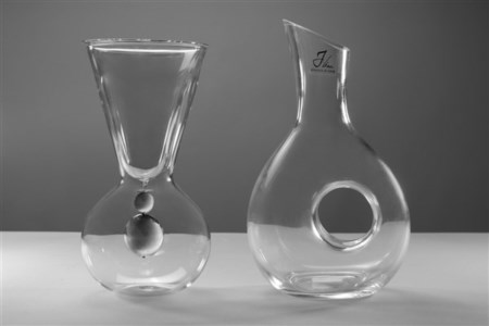 Lotto composto da vaso-scultura in vetro e un decanter (cm h max 35)